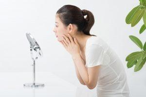 顔のテカリの原因は脂それとも乾燥?タイプ別対処法と正しい洗顔方法