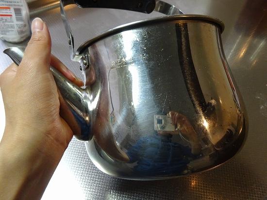やかんの外側の焦げを重曹で取る方法!頑固な汚れが落ちたやり方写真つき